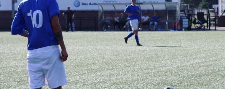 Twee mannen voetballen